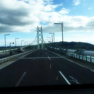 バスの後ろから撮った明石海峡大橋(*^_^*)