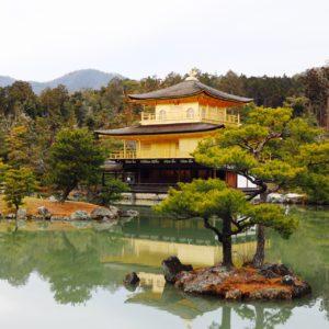 金閣寺に行きました☆ 残念ながら雨でしたが雨でも人が多く、節分のイベントなどもありました!!